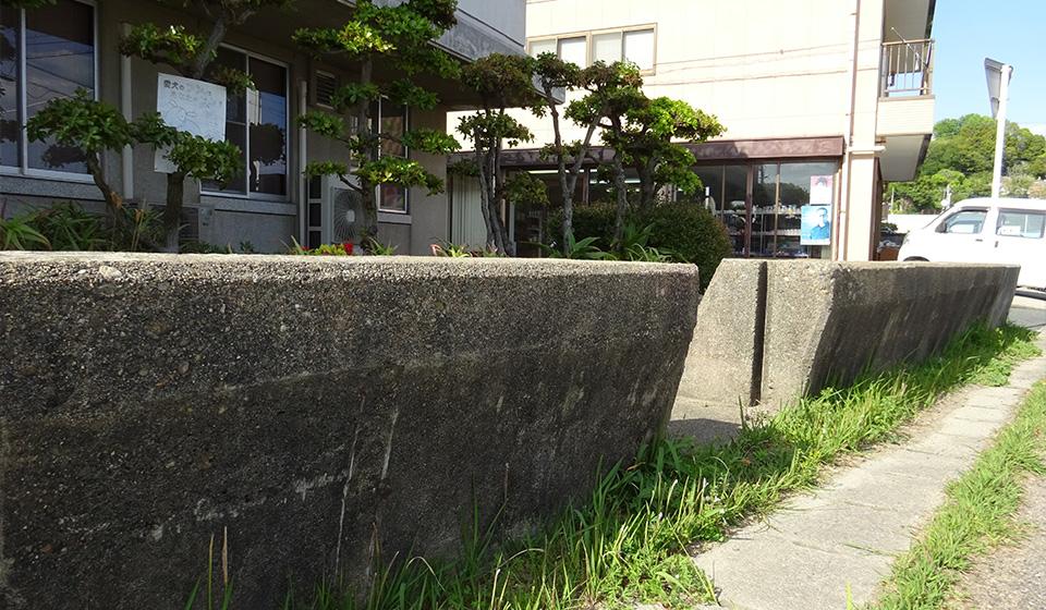 湾岸道路沿いの旧い防波堤